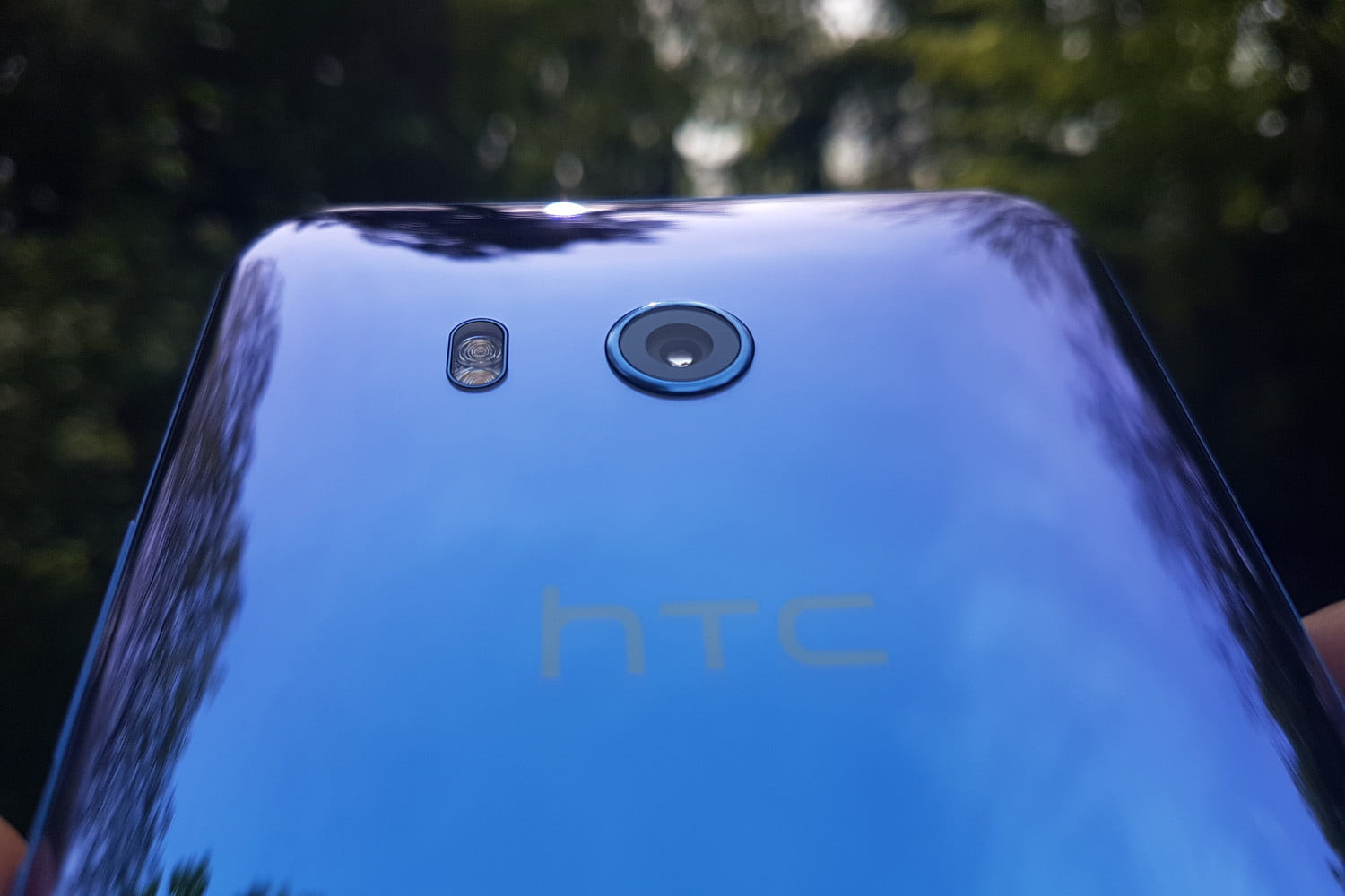 Задняя панель HTC U11 // digitaltrends.com
