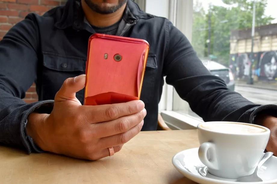 HTC U11 в красной расцветке // theverge.com