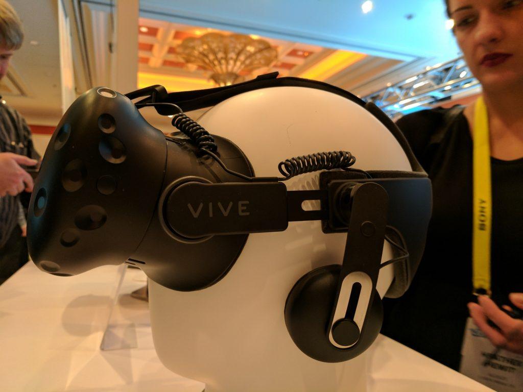 HTC Vive с аксессуаром Deluxe Audio Strap // uploadvr.com