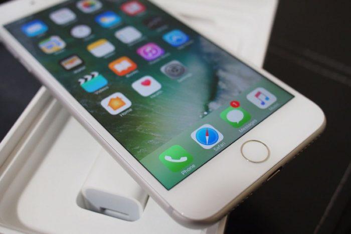 Смартфон iPhone 7 рядом с наушниками AirPods // mobilius.net