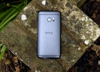 Смартфон HTC сверху на могильной плите // techradar.com